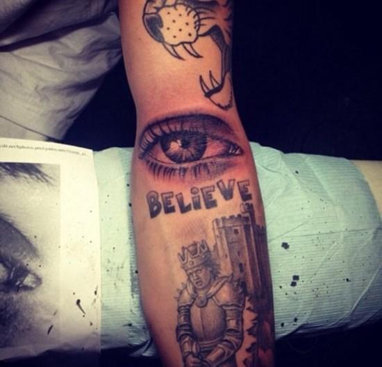 """新纹身是妈妈帕蒂的一只眼睛,比伯在instagram上解释这代表""""妈妈"""