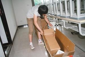 父亲瘫痪在床 18岁陕西女孩打工挣上大学生活费