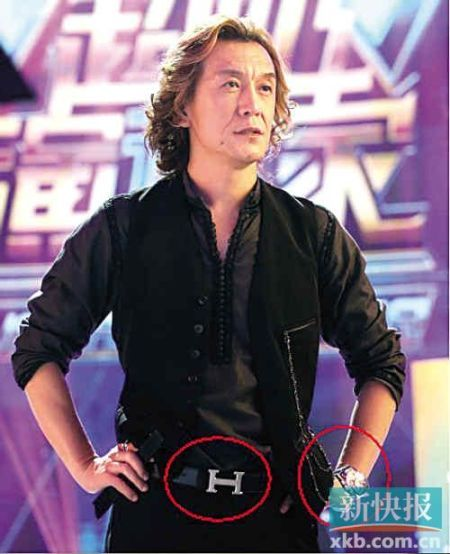 李咏离开央视后身价大涨 名牌傍身戴镶钻名表