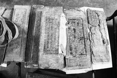 尕玛曲桑向记者展示的《大藏经》经卷。本报记者 高腾摄