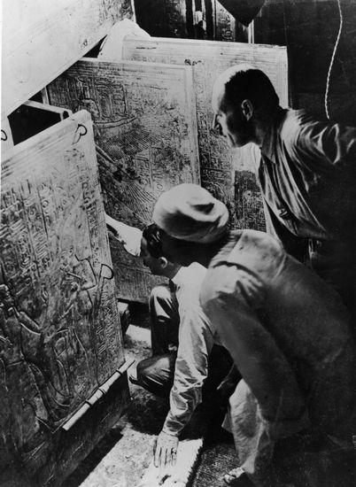 英国考古学家霍华德・卡特(单膝跪者)在法老图坦卡蒙的墓室门口(参与发掘的美国纽约大都会艺术馆的Harry Burton摄)。