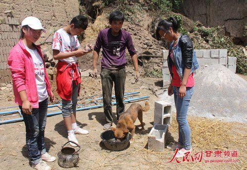 渴壞了的小黃狗在喝水。(王生元攝)