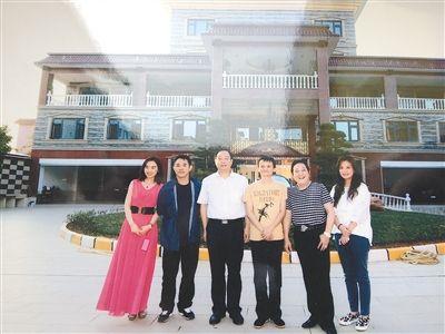 左起王林秘书、李连杰、江西芦溪县长姚虎、马云、王林、赵薇。
