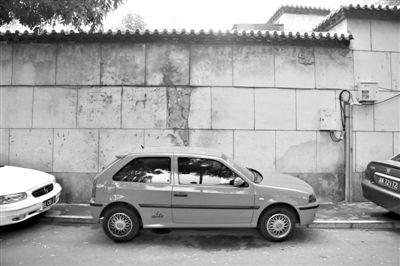 什刹海前海南沿,图中车辆位置为冲突事发地点,涉及该事件的景区工作人员已被暂停工作。 新京报记者 李飞 摄