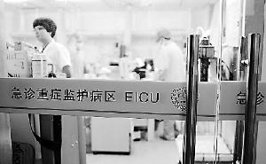 27日,杭州一医院急诊重症监护病房,医护人员正在抢救一热射病患者。董旭明/摄