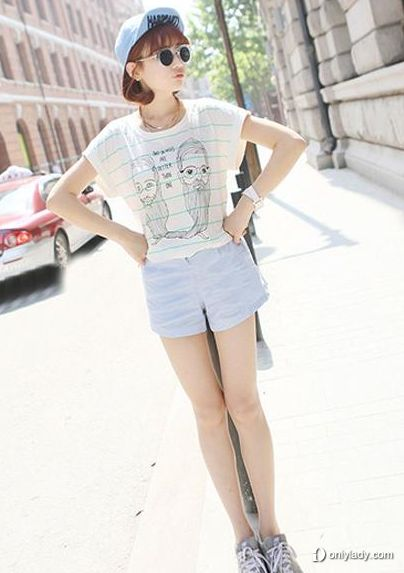 条纹t恤衫搭配灰白色短裤