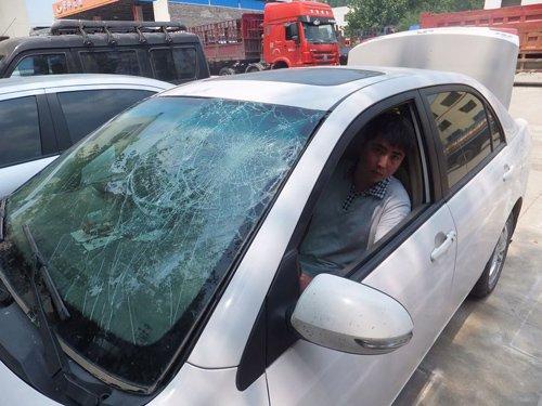 河南内乡一私家车因避让警车不及时被警察暴砸(图文)