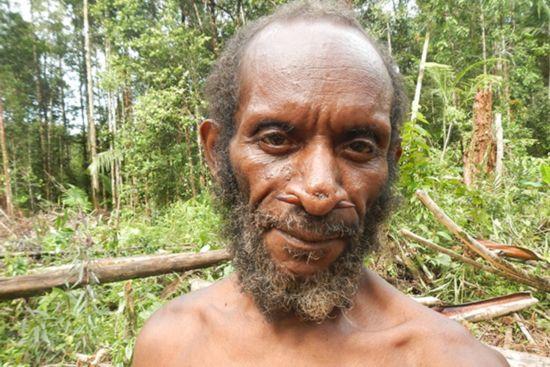 组图:俄罗斯一女生只身探秘新几内亚岛食人族