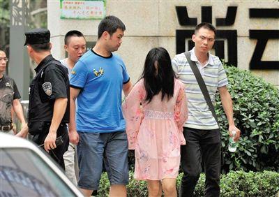 一名女犯罪嫌疑人被警方押出.新华社记者 薛玉斌 摄-成都枪击案负伤图片
