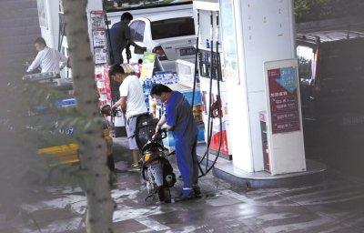 北京部分摩托车修理铺加油后私售散装汽油(图
