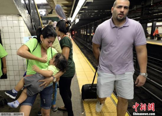 美国数名妈妈地铁里喂奶