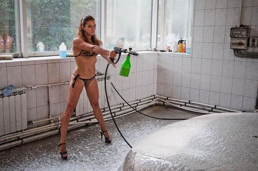 美女全裸洗车超享受 盘点全球大尺度另类服务