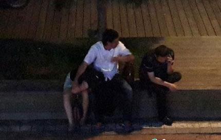醉酒女遭3过路男轮流猥亵 监控拍得限制级画面