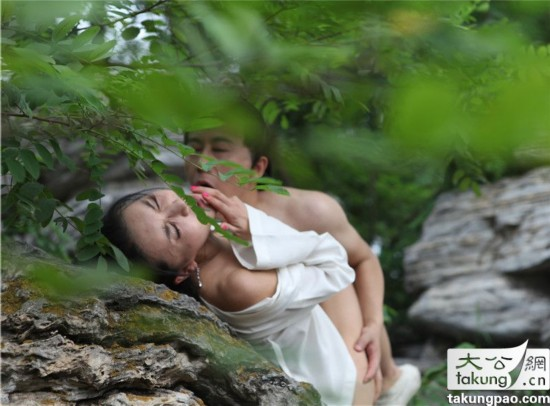 ...門慶假山野戰的激情戲片段曝光.兩人在假山調情并公然打野戰...
