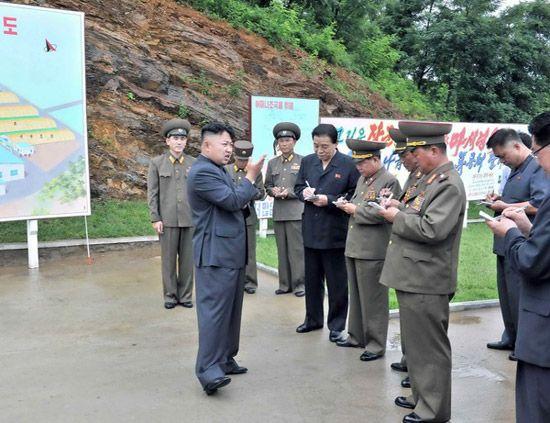 朝鲜最高领导人金正恩视察蘑菇厂.图片来源:韩国《中央日报》-朝