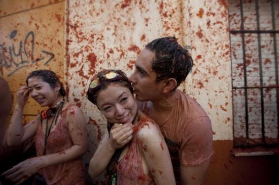 重口味番茄大战疯狂刺激 女子遭狂吻