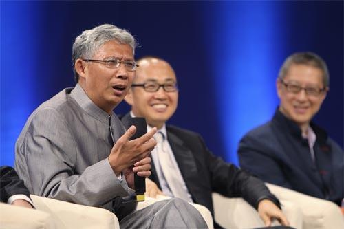 紀連海(左一)