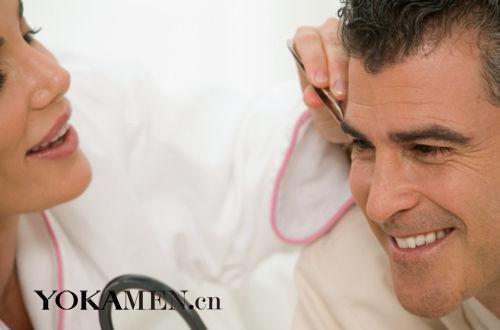 眉形决定男人的气质 牛尔亲身示范男士修眉术