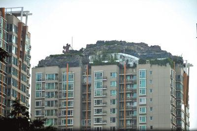 """楼顶上私建的""""别墅""""。京华时报记者陶冉摄"""