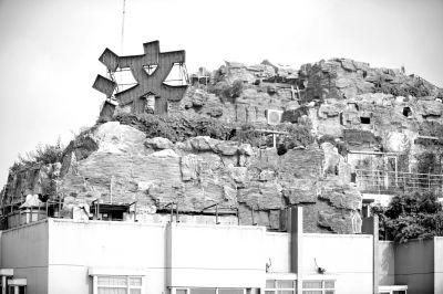"""""""楼顶别墅""""的假山群。京华时报记者陶冉摄"""