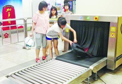 警方提示:过地铁安检不要掀帘子拿东西有辐射
