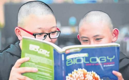 新加坡小说校方为行善剃光头引争议女生要求重生女生免费华人图片