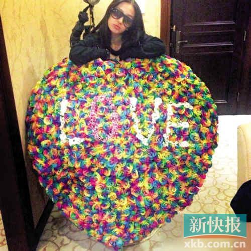 昨天凌晨,女星Angelababy 杨颖在微博晒出疑似七夕礼物——一大束