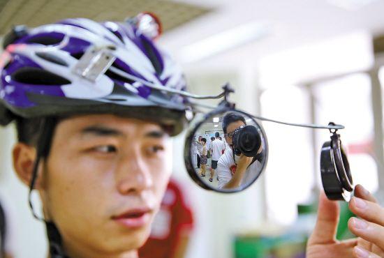青少年发明装有倒后镜搞怪自行车头盔(图)