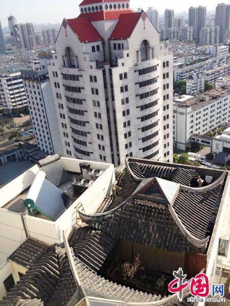 """2013年8月14日,江苏苏州苏州市三香大厦高楼18层楼顶东侧阳台上的""""苏州园林""""式别墅,两座凉亭和两道回廊,飞檐翘角,一派苏州园林的气势。 中国网 季则 摄影"""