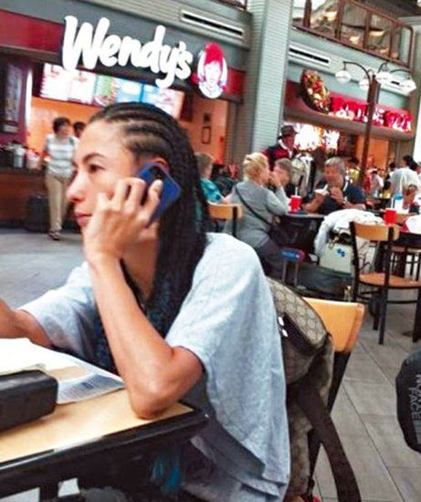 张柏芝被网友拍到正在打电话