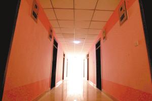 高校迎新出新招:入学扫二维码男生宿舍刷粉色(图)