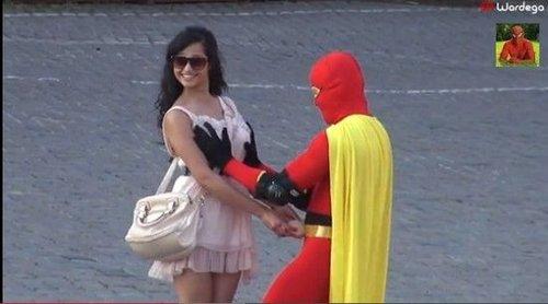 波兰街头现乳房超人 摸女性胸部做检查(图)--陕