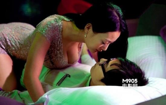 王李丹妮在电影《一路向西》中与男主角上演豪乳贴身的性感戏码-龚