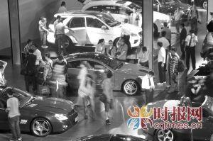 市民在车展现场参观 摄影 石涛