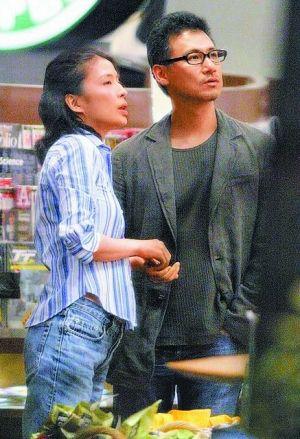 张学友会尽力抽时间照顾家庭,比如陪妻子罗美薇去日本旅游。
