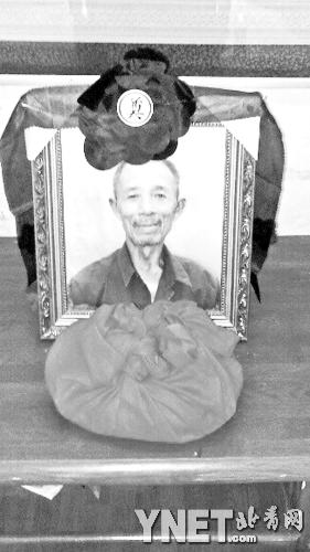 72岁的靳春波倒在他扫地的马路上,送医时体温高达41.6℃