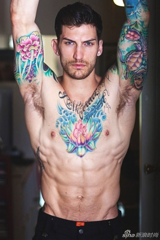 太霸道了 欧美型男大胆展露个性纹身
