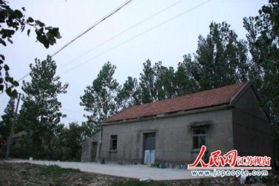 犯罪嫌疑人的三间瓦房已经人去屋空 记者吴纪攀 摄