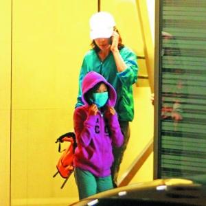 结束饭局后,罗美薇和小女儿瑶萱(戴口罩者)准备坐车回家。