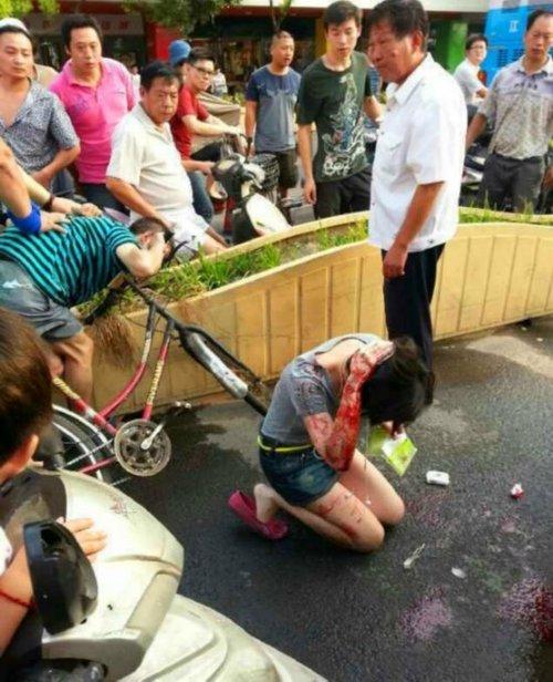南京一女孩当街被袭胸后遭U型锁猛敲头部图