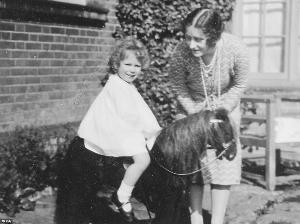 英女王罕见照片曝光 卷发小萝莉爱骑马图片