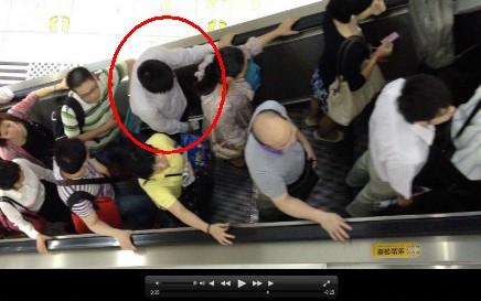 男子地铁强吻女生被批捕 光天化日之下强吻两