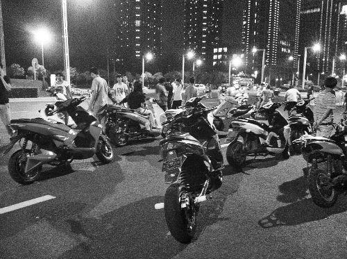 """郑州/夜晚聚集的""""飙车族""""..."""