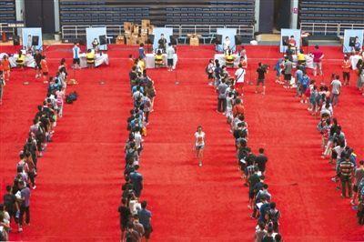 昨日,清华大学,新生在排队拍证件照。当日,3374名2013年清华大学本科新生报到。本版摄影/新京报记者浦峰