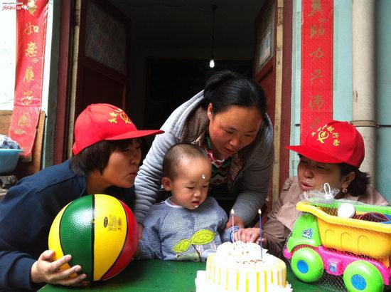 志愿者为崔佳琪买来蛋糕玩具等为其过生日