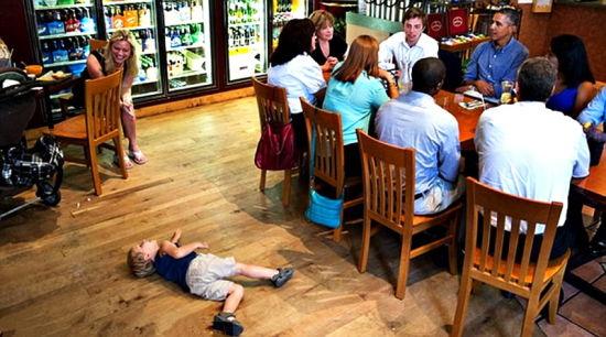 男孩倒地撒娇貌似在吸引奥巴马关注