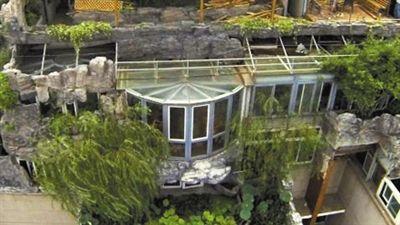 """""""最牛违建""""原有的玻璃房。资料图片"""