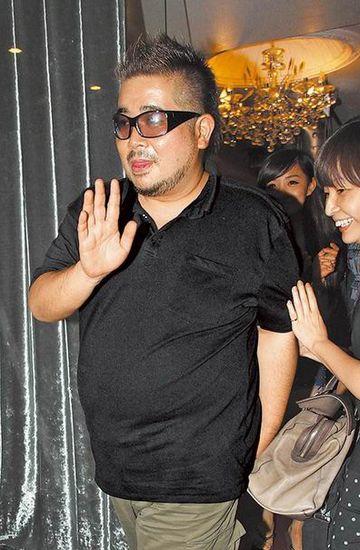 拓也哥前晚吃饱喝足步出烧肉店俏皮吐舌,亲切跟记者挥手道别。