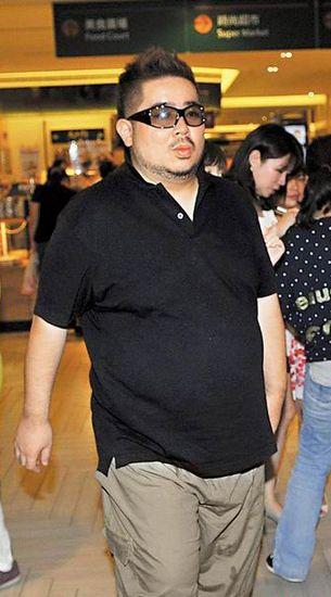 拓也哥昨晚出现疲态,戴着太阳眼镜不让媒体拍摄。
