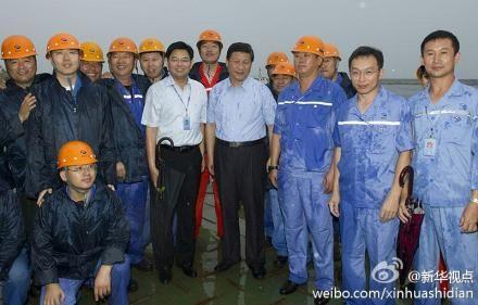 习近平考察大连船舶重工集团 冒雨和工人合影
